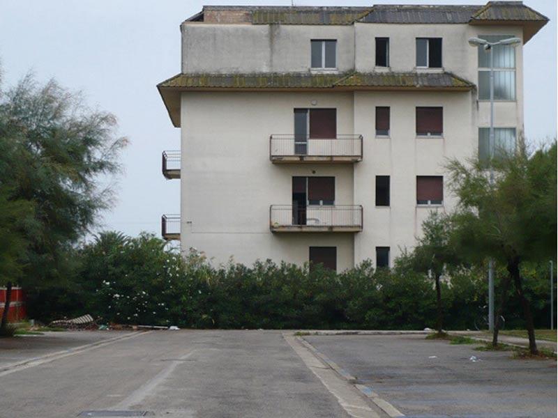 Il palazzo di via Capri, presto chiuso per impedirne l'accesso a clandestini e senzatetto